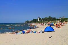 夏天在波儿地克的海岸的海滩假期在Zelenogradsk 图库摄影