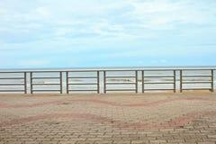 夏天在海滩的视图大阳台 库存照片