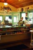 夏天在湖的市场柜台 库存照片