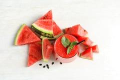 夏天在玻璃和被切的新鲜的frui的西瓜饮料 免版税库存照片