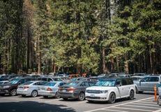 夏天在美国自然公园的汽车游览 停放在优胜美地村庄 免版税库存图片