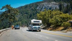 夏天在美国自然公园的汽车游览 在观察台的游览车在优胜美地国家公园 免版税库存照片