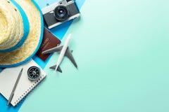 夏天在蓝色小野鸭拷贝空间的旅行辅助部件 免版税图库摄影