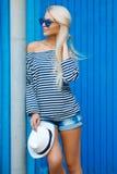 夏天在蓝色背景的妇女画象 免版税库存照片