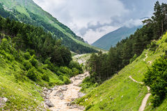 夏天在雨前的山风景 免版税库存照片