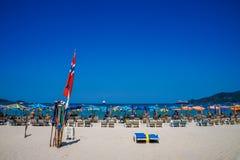 夏天在Patong海滩的海滩假日在太阳懒人放松在阳光下在美丽的旅行背景伞下 库存照片