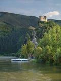 运送在Vah河和Strecno城堡 免版税库存图片