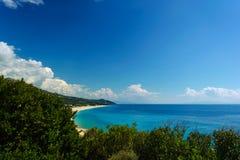 夏天地中海与灌木的海岸线视图在前面 免版税库存照片
