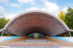 夏天场面,在街道上的一个圆形剧场,在一个可爱的晴天 图库摄影
