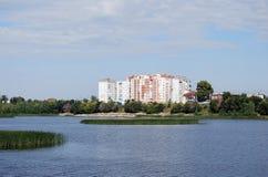 夏天城市风景在市萨兹兰 观点的房子和萨兹兰的河居民 翼果地区 库存照片