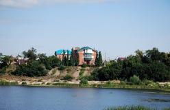 夏天城市风景在市萨兹兰 观点的房子和萨兹兰的河居民 翼果地区 库存图片