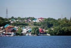 夏天城市风景在市萨兹兰 观点的房子和萨兹兰的河居民 翼果地区 图库摄影