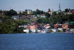 夏天城市风景在市萨兹兰 观点的房子和萨兹兰的河居民 翼果地区 免版税图库摄影