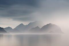夏天多云Lofoten海岛 挪威有薄雾的海湾 库存图片