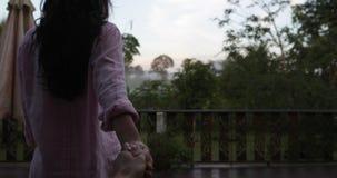 夏天大阳台的妇女主导的人有热带森林,握手走的POV的早晨夫妇看法  影视素材