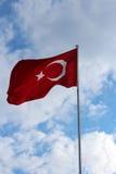 以夏天天空为背景的土耳其旗子 库存照片
