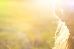 夏天太阳的女孩 免版税图库摄影