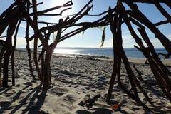 夏天太阳看法在Nairn海滩的,从漂流木头海滩风雨棚 免版税库存图片