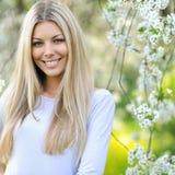 夏天女孩画象。微笑在晴朗的su的美丽的白肤金发的妇女 免版税库存图片