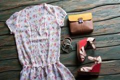夏天女衬衫和双色的袋子 免版税库存照片