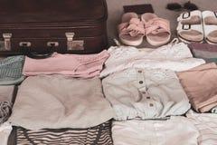 夏天妇女的衣物在手提箱整洁地折叠被包装 免版税库存图片