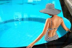 夏天妇女秀丽,时尚 游泳池的健康妇女 再 图库摄影