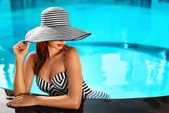 夏天妇女身体关心 在游泳池的放松 假日VA 免版税库存照片