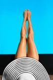 夏天妇女身体关心 在游泳池的长的女性腿 库存图片