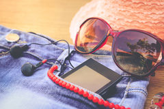 夏天妇女` s辅助部件红色太阳镜,小珠,牛仔布短缺,手机,耳机,太阳帽子 免版税库存照片