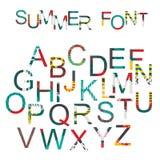 夏天字体在手中被画的样式,装饰在与刷子图表的明亮的颜色 免版税库存照片