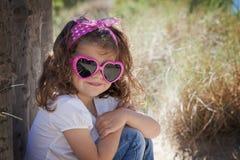 夏天孩子佩带的太阳镜 免版税图库摄影