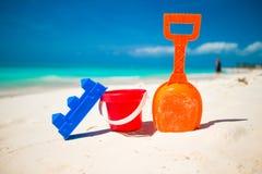 夏天孩子的在白色沙子的海滩玩具 免版税库存照片