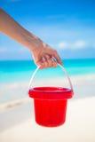 夏天孩子的海滩在白色沙子戏弄 免版税库存照片