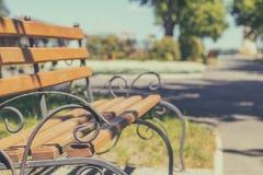 夏天小径在有一条长凳的城市公园在一个晴天  免版税库存图片