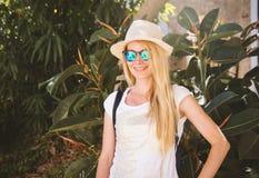夏天少妇佩带的太阳镜特写镜头画象  免版税库存图片