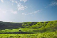 夏天山和干草堆 免版税库存照片