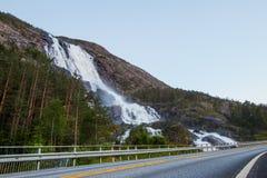 夏天山在倾斜Etne,挪威的Langfossen瀑布 免版税库存照片