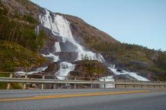 夏天山在倾斜Etne,挪威的Langfossen瀑布 免版税库存图片