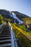 夏天山在倾斜Etne,挪威的Langfossen瀑布 库存图片