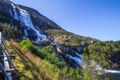 夏天山在倾斜Etne,挪威的Langfossen瀑布 免版税图库摄影