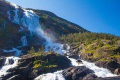 夏天山在倾斜Etne,挪威的Langfossen瀑布 图库摄影