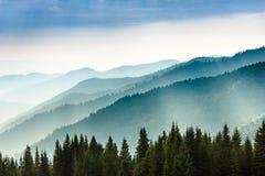 夏天山庄严风景  山的有薄雾的倾斜的看法在距离的 免版税图库摄影