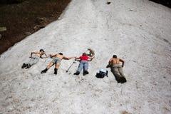 夏天山的人们 免版税库存照片