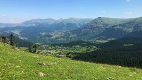 夏天山高原高地风景看法在阿尔特温,土耳其的黑海地区 股票视频