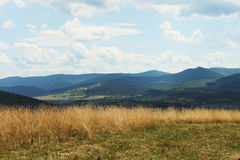 夏天山绿草和蓝天环境美化 免版税图库摄影