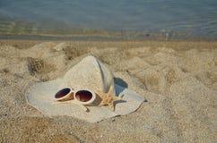 夏天帽子和玻璃 免版税库存图片