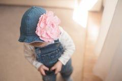 夏天帽子的女婴 有一朵大桃红色花的巴拿马 没有面孔 牛仔布总体 免版税库存照片