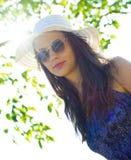 夏天帽子的妇女 免版税图库摄影