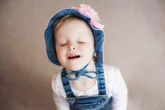 夏天帽子的微笑的愉快的女婴 有一朵大桃红色花的巴拿马 查看照相机 库存照片