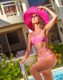 夏天帽子的年轻美丽的夫人享受她的暑假的 免版税库存图片